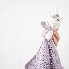 A little unicorn blankie @jordemoderstrik har lavet den fineste opskrift på en nusseklud - jeg har lavet den til en lille enhjørning (opskrift på hovedet kan findes i på min blog link i bio) #crochettoy #hækletlegetøj #haken #hæklerier #puffstitch #crochetblankie #crochet #crocheting #crochetaddict #crochetlove #crochetforbaby #hæklet #hækle #hækletnusseklud #nusseklud #hækletenhjørning #crochetunicorn #børneværelse #hæklettilbaby #amigurumi #amigurumis #amigurumiaddict #amigurumit...