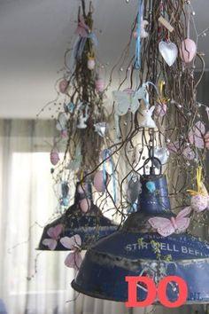 Hang de paastakken eens in de lampen.  Voor meer DIY ideeen eens op: justbydo
