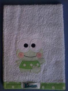 Toalhinhas de Mão em felpa branca, barrado superior e inferior em tecido e patch apliquée Sapinho. 100% algodão.  * A toalhinha pode ter bordado o nome da criança - valor adicional R$3,00. R$9,90