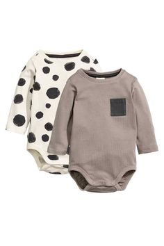 2-pack long-sleeved bodysuits: BABY EXCLUSIVE/CONSCIOUS. Long-sleeved bodysuits in organic cotton jersey with press-studs on one shoulder and at the crotch. One bodysuit is patterned and the other has a chest pocket.