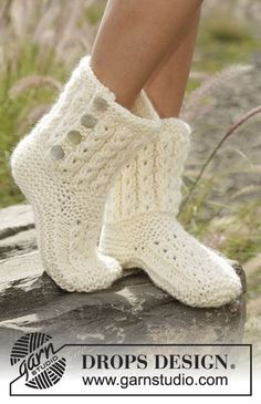 Knitted slippers with cables and garter stitch in DROPS Eskimo. Free knitting pattern by DROPS Design. Crochet Slipper Boots, Knitted Slippers, Poncho Knitting Patterns, Knitting Socks, Free Knitting, Magazine Drops, Hippie Crochet, Drops Design, Knitting Accessories