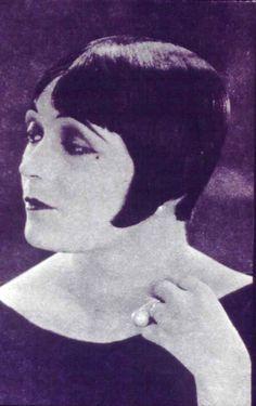 Eaton Crop Hairdo 1920s Fashion Women, Womens Fashion, Style Fashion, Vintage Fashion, Heavy Makeup, Art Deco, White Makeup, Vintage Hairstyles, Historia