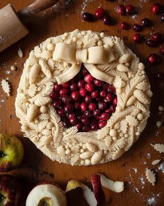Holiday Wreath Spiced Cranberry and Apple Pie – Pie-Eyed Girl - Desserts Holiday Baking, Christmas Baking, Beautiful Pie Crusts, Just Desserts, Dessert Recipes, Pie Crust Designs, Pie Decoration, Pies Art, Christmas Desserts