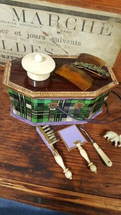 Very rar to find  antique  doll  bag  paper masche .lovely    accessories ,for fashion dolls or bebe dolls.  A must have for any doll  collecters