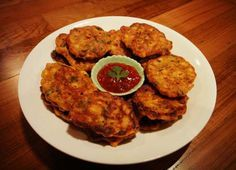 I just came back from an amazing holiday in Bangkok and Phuket, still with the appetite for Thai food, so I whipped up these Thai sweetcorn fritters which is my absolute favourite Thai appetizer. Thai Appetizer, Appetizers, Thai Recipes, Fritters, Tandoori Chicken, Finger Foods, Homemade, Phuket, Cooking