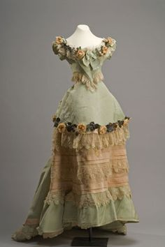 Evening gown from the late 1880s. Colección Museo de Historia Mexicana