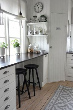 35 Country Kitchen Design Ideas - Instead of floor-to-counter cabinets across every kitchen wall, consider leaving a space empty unde - Kitchen Nook, New Kitchen, Kitchen Decor, Kitchen Ideas, Kitchen Small, Kitchen White, Small Kitchens, Kitchen Window Bar, Rustic Kitchen