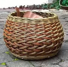 Paper Basket Weaving, Basket Weaving Patterns, Willow Weaving, Weaving Projects, Weaving Art, Hand Weaving, Basket Willow, Square Baskets, Basket Crafts