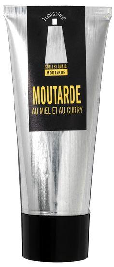 La moutarde Miel et Curry de SUR LES QUAIS est douce, très parfumée. Elle peut être utilisée avec les viandes blanches comme condiment ou pour parfumer une recette cuite en cocotte ou au four (viande de porc, gigot d'agneau). Le tube design TUBISSIME ® assure une protection et conservation optimales.