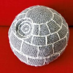 Crocheted Death Star pillow - a must for every Star Wars fan! Tips and tricks, and link to perfect sphere crochet pattern. Post in Swedish.