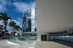 Como habitual nos projetos de Oscar Niemeyer, a generosas praça seca do térreo…