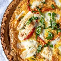 An easy quiche recipe with roasted tomatoes, mozzarella, and spinach. It's the perfect thing to serve at a brunch, and it requires minimal active preparation time. Basic Quiche Recipe, Spinach Quiche Recipes, Asparagus Quiche, Vegetarian Quiche, Vegetarian Recipes, Breakfast Meat, Breakfast Bites, Easy Quiche, Roasted Tomatoes