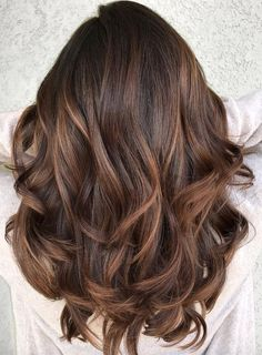 Most beautiful and modern trends of smooth caramel balayage hair color ideas for ladies that will really help them to make their locks more attractive then ever. You know the balayage is french hair coloring technique which is now has become more popular Auburn Balayage, Brown Hair Balayage, Brown Blonde Hair, Hair Color Balayage, Haircolor, Caramel Balayage Highlights, Bayalage, Dark Chestnut Brown Hair, Balayage Hair Brunette Caramel