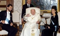 28/06/2004. El papa Juan Pablo II posa con los Príncipes de Asturias, a los que recibió en audiencia en el Vaticano
