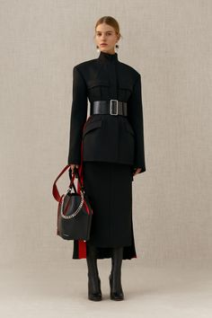Alexander McQueen Pre-Fall 2018 Fashion Show Collection: See the complete Alexander McQueen Pre-Fall 2018 collection. Look 12