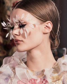 Metamorphic Haute Couture: light and iridescent like a flower that blossoms.   Backstage moments at the Valentino Haute Couture Spring/Summer 2019 show by . Couture Fashion, Fashion Show, Couture Makeup, High Fashion, Fashion Beauty, Make Up Inspiration, Fashion Inspiration, Up To The Sky, Glamour Beauty