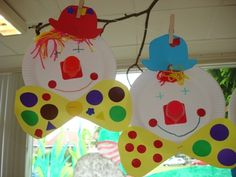 Lachende clown Clown gemaakt van een kartonnen bordje en een leeg danoontje. De kinderen knippen mallen uit van de hoed en de strik. Knippen haren van wol en plakken het geheel aan elkaar.