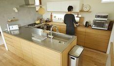 ステンレスバイブレーションとナラ柾目のコの字型キッチン Japanese Home Design, Japanese House, Muji Home, Japanese Kitchen, Kitchen Dinning, Home Kitchens, Kitchen Remodel, Kitchen Design, Sweet Home
