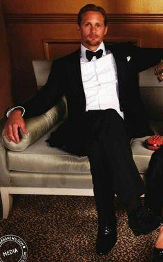 Alexander Skarsgard why hello there handsome. Sharp Dressed Man, Well Dressed Men, Alexander Skarsgard True Blood, Pretty People, Beautiful People, Skarsgard Family, Eric Northman, Black Tie Affair, Bear Men