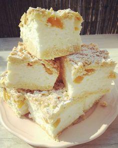 Ciasto styropian z brzoskwiniami: Ciasto z wyglądu do złudzenia przypomina sernik na półkruchym cieście. Masa serowa jest na bazie jogurtów brzoskwiniowych i naturalnego jogurtu typu greckiego,