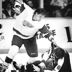 Joey Kocur pummeling Jim Kyte of the Winnipeg Jets, the original version. Hockey Teams, Ice Hockey, Hockey Stuff, Detroit Red Wings, Worst Injuries, Red Wings Hockey, Detroit History, Detroit Sports, Goalie Mask