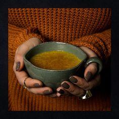 Quando você para e sente todos os sabores de Golden Lift, desde o mais doce do início até o picante suave do final - por alguns minutos, aquele é o seu momento. É como chegar em casa e se jogar no sofá, acender apenas o abajur da sala ou sentar em uma poltrona para jantar. Prolongue esses momentos com a nova embalagem de Golden Lift, criando uma dose com a sua intensidade: nem mais, nem menos. Na medida certa 😌 #GoldenLift #EssentialNutrition Golden Milk, Mugs, Instagram, Tableware, Bag Packaging, Sofa Chair, Home, Dinnerware, Gold Milk