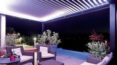 pergola bioclimatique avec éclairage indirect, spots à LED encastrés et meubles de jardin en résine tressée