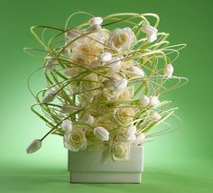increíble diseño de rosas y tulipanes de Hitomi Gilliam #CADE #escuela #diseñofloral