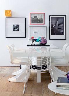 """Parede e móveis brancos e molduras pretas não dão margem para erros. Mas o designer de interiores Francisco Cálio acrescentou uma moldura vermelha fininha. """"Escolhi uma cor vibrante para contrastar"""", explica"""