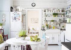 Mitä maalaisromanttiseen keittiöön kuuluu? Peiliovinen kaapisto, avohyllyjä, paneeliseinä, lautalattia ja puuhella. Katso Unelmien Talo&Kodin 11 ihaninta keittiötä!