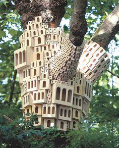 El libro Birdhouses of the world despliega imágenes de las casas más estéticas y perfectamente diseñadas para que pongas en tu jardín y des asilo a una familia de pájaros.