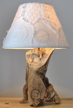 Locating the perfect lamp for your home can often be difficult because there is such a wide range of lamps you could choose. Discover the most suitable living room lamp, bedroom lamp, table lamp or any other style for your particular place. Driftwood Chandelier, Driftwood Table, Rustic Chandelier, Chandelier Lighting, Articles En Bois, Rustic Lamps, Industrial Lamps, Rustic Decor, Wooden Lamp