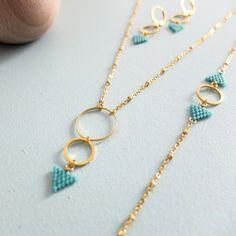 Ligero y refinado procedente de una costura de triángulo tejido en perlas de cristal japonés = delicas de Miyuki, este collar es el pedazo de encanto tienden a llevar a la oficina. Modelo moderno y minimalista que visten con gran elegancia y dejará a nadie indiferente. Se puede