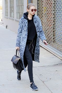 Gigi Hadid goes casual chic in a grey python patterned coat as she heads to photoshoot in New York Gigi Hadid 2014, Gigi Hadid Style, Street Style 2016, Street Style Trends, Fashion Idol, Cute Blouses, Coat Patterns, Timeless Fashion, Casual Chic