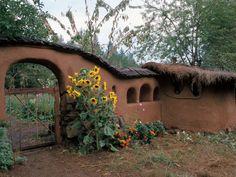 Sculpting a Life: An Oregon Cob Cottage (Ianto and Linda Evans) Cob Building, Building A House, Green Building, Earth Bag Homes, Earthship Home, Mud House, Adobe House, Tadelakt, Natural Homes