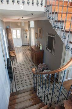 Couloir avec ses carreaux ciment d'origine, excellent état.Distribue la cuisine, le salon, le bureau, la chambre d'amis et le wc.