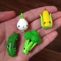 Polymer Clay pickle, broccoli, corn, and onion Arts And Crafts For Christmas Code: 2954061741 Polymer Clay Magnet, Clay Magnets, Fimo Clay, Polymer Clay Projects, Polymer Clay Charms, Polymer Clay Jewelry, Clay Crafts, Fimo Kawaii, Polymer Clay Kawaii