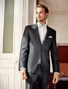 Moderner eleganter Anzug für den Bräutigam in Grau. Hochzeitsanzug Trends 2016 von WILVORST.