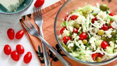 Shopska Salad is a delicious Bulgarian cold starter that can be also served with grilled meats! This salad is also well known in many other countries such happyfoodstube Bulgarian Recipes, Bulgarian Food, Shopska Salad, Cold Appetizers, Roasted Peppers, Happy Foods, Recipe Please, Grilled Meat, Popular Recipes