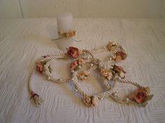 Bodas Simbólicas- Ritual de Atadura de Manos Con este lazo de flores los novios entrelazan sus manos simbolizando su unión. un ritual muy simbólico y romántico