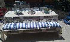 banquette-en-palette-grande-table-rectangulaire-en-palette-coussinets-aux-rayures-bleu-marine-et-blanc