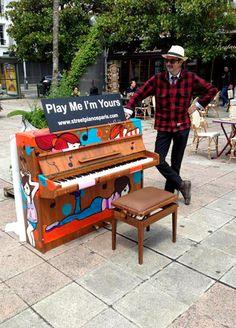 Play Me I'm Yours. Gratuit ! Jusqu'au 10 Juillet les pianos seront installés dans de nombreux sites touristiques, places mythiques ou populaires, parcs et jardins de la capitale.