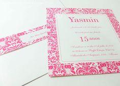 Convite 15 anos arabesco. Estampado e acompanha faixa para envelope impressa na mesma estampa. Acabamento em laço e tag impressa com o nome do convidado.