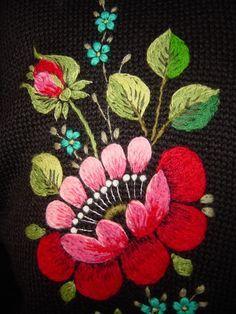 Voici un petit kaléidoscope de broderies traditionelles en laine et autres fils .....  ...