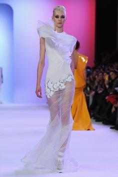 Cool: weißes Kleid mit Schmucksteinen und durchsichtigem Rockteil von Stephane Rolland.