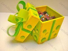 Tutorial para hacer una caja explosiva un poco más grande que las normales, tiene 4 cuadrados más ya que se aprovechan las esquinas. En el blog tenéis las me... Foam Crafts, Diy And Crafts, Kids Notes, Gift Box Packaging, Exploding Boxes, Birthday Box, Explosion Box, Little Gifts, Craft Projects