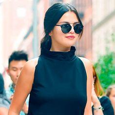 Street style de Selena Gomez com blusa de gola alta.