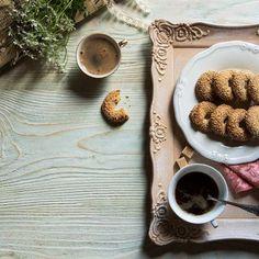 Νηστίσιμα μπισκοτάκια με ταχίνι / Tahini biscuits. Νηστίσιμα μπισκοτακια με ταχίνι, κατάλληλα για βίγκανς, για το ιδανικό πρωινό. #tahini #tahinidressing #biscuits #biscuitsrecipe #cookies #cookiesrecipes #sesamecookies #sesame #sesamedessert #fastingcookies #fasting #vegancookies #vegandesserts #greekrecipes #greekdesserts #γλυκά Biscuit Cookies, Latte, Biscuits, Food, Crack Crackers, Cookies, Meals, Yemek, Cookie Recipes