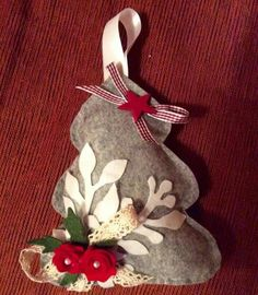 Alberello natalizio fuori porta realizzato in pannolenci. Misura 21,5x18 cm