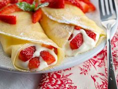 Crepes make me think of Mother's Day breakfast in bed, Easter brunch and making Sunday mornings special in winter. I love crepes. Köstliche Desserts, Delicious Desserts, Dessert Recipes, I Love Food, Good Food, Yummy Food, Breakfast And Brunch, Breakfast Recipes, Banana Breakfast